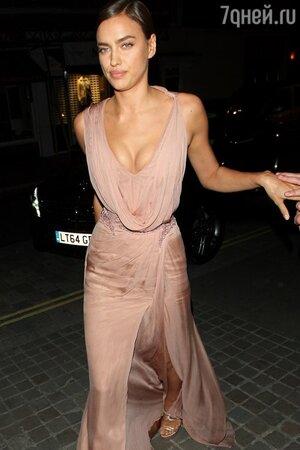 Ирина Шейк в платье от Versace