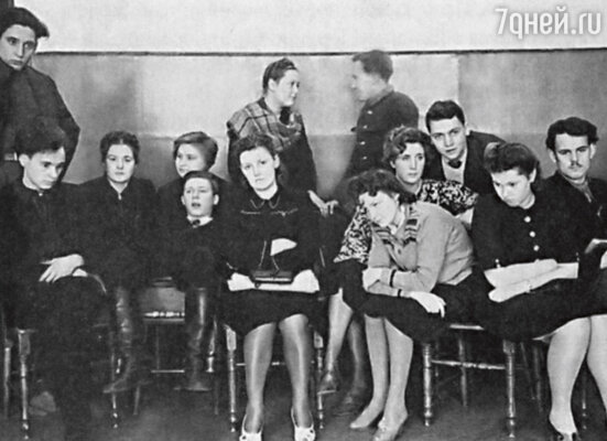 Первый курс актерского факультета Школы-студии МХАТ. 1945 г. (Олег Ефремов в сапогах в первом ряду)