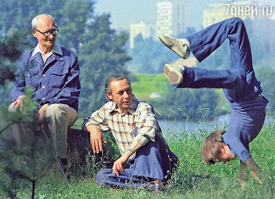 «Отец Олега Николай Иванович— тихий, сдержанный, немногословный. Надо было сойтись с ним поближе, чтобы оценить тонкое чувство юмора, интеллигентность, глубину ума. Олег очень любил отца имногое от него взял»
