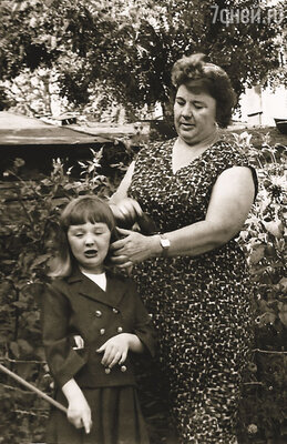 Мама часто приезжала в Харьков меня проведывать, однажды увидела мои щеки и возмутилась: «Зачем так Машу раскормили?!». Маша с бабушкой Лелей