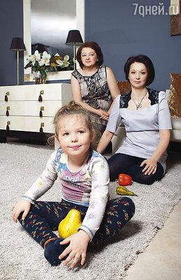 Мне очень жаль, что мама так и не увидела свою правнучку Тасю. Маша с дочерью Леной и внучкой Тасей