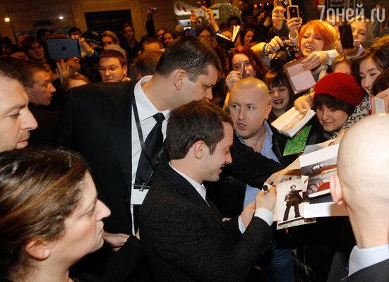 Элайджа с удовольствием позировал фотографам на красной дорожке, но с еще большей радостью общался с фанатами и раздавал автографы счастливчикам