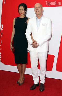 Брюс Уиллис с женой Эммой Хеминг на премьере фильма «РЭД 2». Лос-Анджелес, 2013 г.