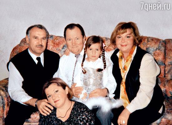 Виктор Павлов с женой Татьянойи внучкой Натальей, слева — дочка Саша с мужем Владимиром. 2001г.
