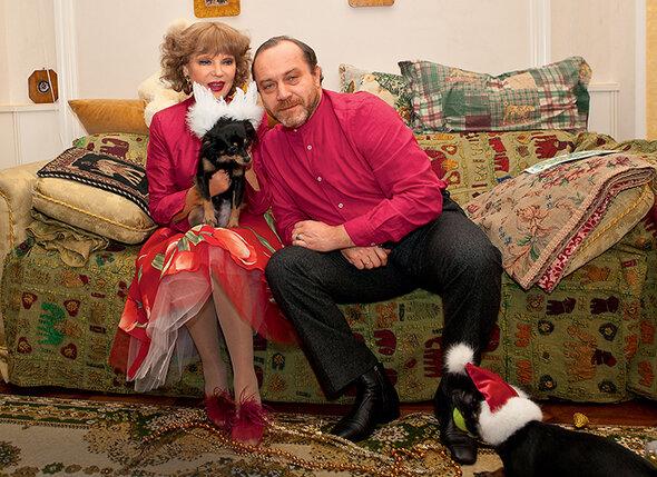 «О своей московской жизни Люся говорить не любила: ни про мужа, ни про дочь. Хотя то, что с мужем, Сениным, у нее все хорошо, — сразу было видно. А вот с дочерью что-то, кажется, не ладилось». Людмила Гурченко с мужем Сергеем Сениным. 2004 г.