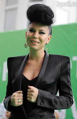 Имя певицы Ёлки еще больше подчеркивает ее бьюти-имидж «девушки-зимы»