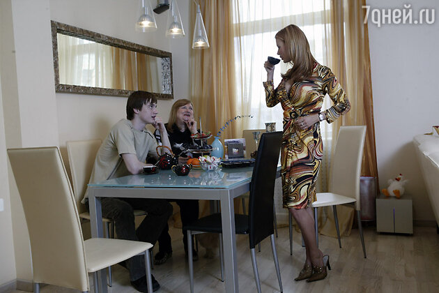 Анна Семенович с братом Кириллом и мамой Татьяной Дмитриевной в своей квартире