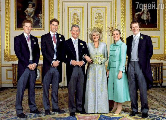 Долгожданный день бракосочетания. Чарльз ссыновьями Гарри и Уильямом, а также Камилла сдочерью Лорой и сыном Томом. 9 апреля 2005 г.