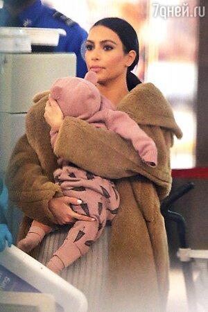 Ким Кардашьян одела дочку в розовую толстовку с ушками на капюшоне