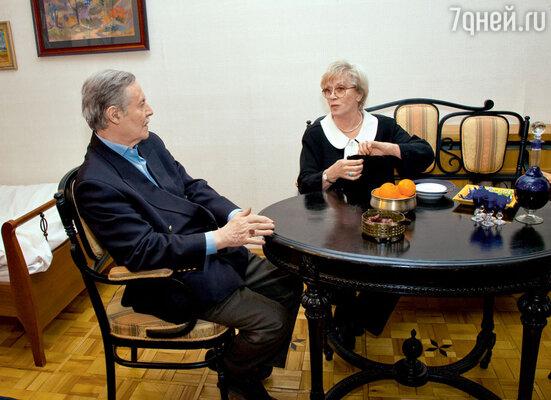 Юрий Соломин и Алиса Фрейндлих играют в«Бульварном кольце» немолодую пару, которой довелось познакомиться в больнице и продолжить отношения уже за пределами медицинского учреждения