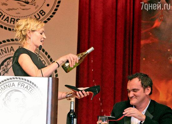 Знаменитая провокация Умы, когда она заставила Тарантино выпить шампанского из ее туфельки. Нью-Йорк, 2010 г.