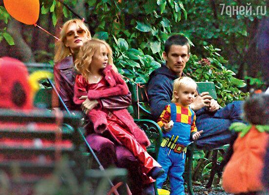 Ума Турман с дочерью Майей Рэй, сыном Левоном Роэном и бывшим мужем Итэном Хоуком во время его встречи с детьми. Нью-Йорк, 2003 г.