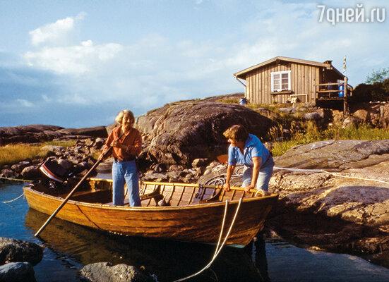 Уютный деревянный дом на принадлежащем ей маленьком, покрытом лесом и лугами острове Кловхарун, окна с видом на океан, живущая рядом близкая подруга –  что это, если не счастье? (На фото Туве Янссон (слева) и Тууликки Пиетиля)