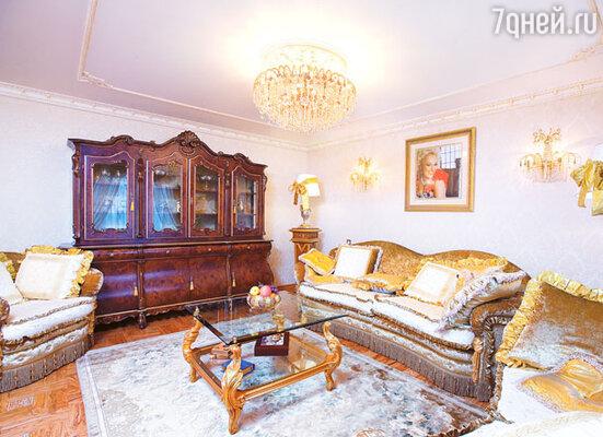 Диван в гостиной — любимое место отдыха Надежды