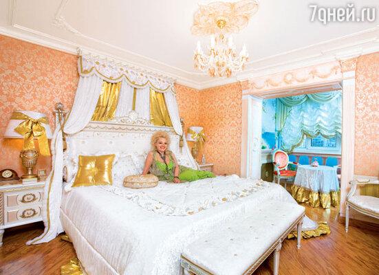 Супруги не признают модного веяния — раздельных спален. Их кровать с широченным матрасом оформлена в виде королевской мантии. «Здесь и ночует королева», — поясняет Александр