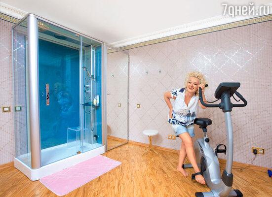 Спортивный зал оборудован в бывшей комнате сына. После занятий можно сразу принять душ с гидромассажем