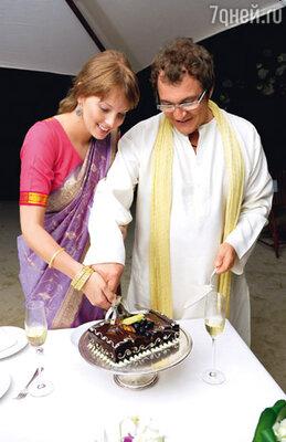 Дмитрий и Полина разрезают свадебный торт