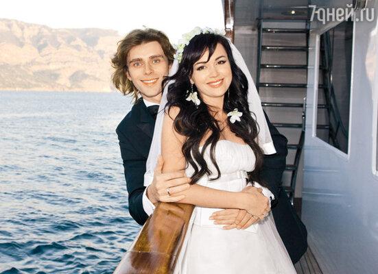 Фигурист Петр Чернышев, с которым Аниканова каталась в паре в 15 лет, сейчас женат на Анастасии Заворотнюк