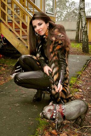 Анна Плетнева со свинкой Нюрой