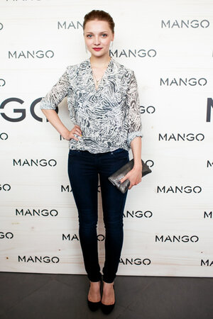 Екатерина Вилкова в блузке от H&M и джинсах от Mango на показе Mango