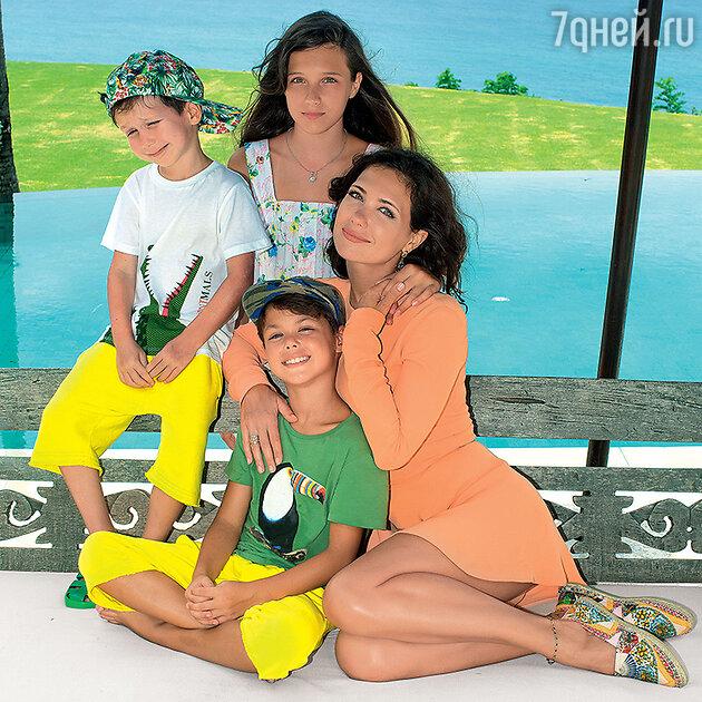 Екатерина Климова с детьми — Лизой, Матвеем и Корнеем