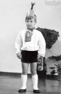 Денис всегда стремился на сцену: и в детском саду...