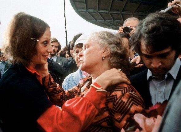 Сойдя с трапа в Москве, я обняла маму и шепнула ей: «Никто не должен видеть наших слез, родная, нас не поймут!» Никто и не понял