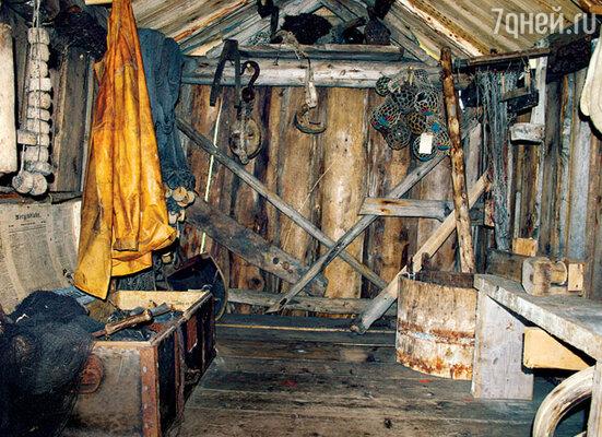 Плащ из тюленьей кожи, поплавки и грузы для сетей, крабовые ловушки — нехитрое рыбацкое имущество