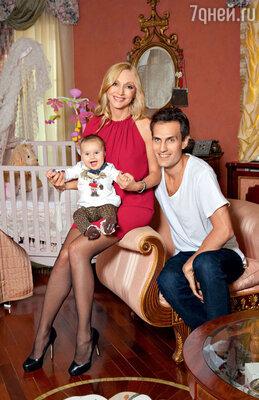 Кристина Орбакайте с мужем Михаилом и дочерью Клавой (на Кристине платье FRANKIE MORELLO, «КЕНГУРУ», на Клаве толстовка и леггинсы MONNALISA, «КЕНГУРУ»)