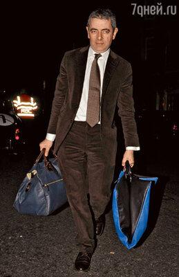 Роуэн Эткинсон идет ловить такси...