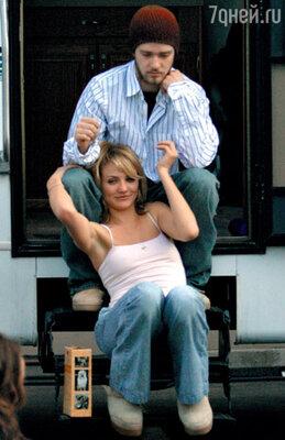После Бритни музыкант четыре года встречался с еще одной знаменитой блондинкой — Камерон Диас (она старше его на 9 лет). В марте 2004 г. Джастин навещал свою возлюбленную на съемках ее фильма «Подальше от тебя»