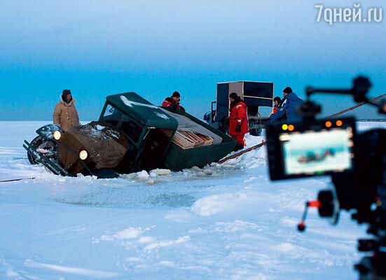 Сотрудники МЧС каждый день проверяли толщину льда на Ладожском озере и только после этого выдавали разрешение на съемки