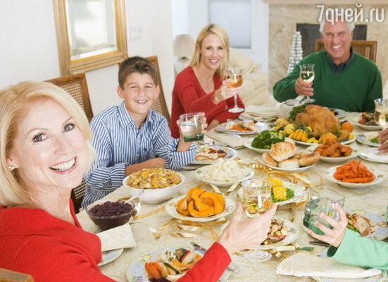 Новый год невозможно представить без застолья - холодных и горячих закусок, включая традиционный салат оливье, шампанского и горы сладостей