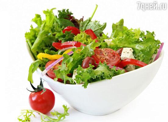 Вы не поправитесь от салата из огурцов и помидоров, если вы не положите в него ложку масла, майонеза или сметаны