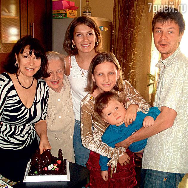 Мария Порошина с мамой, бабушкой Любдмилой Павловной, Полиной, Серафимой и мужем Ильей Древновым.
