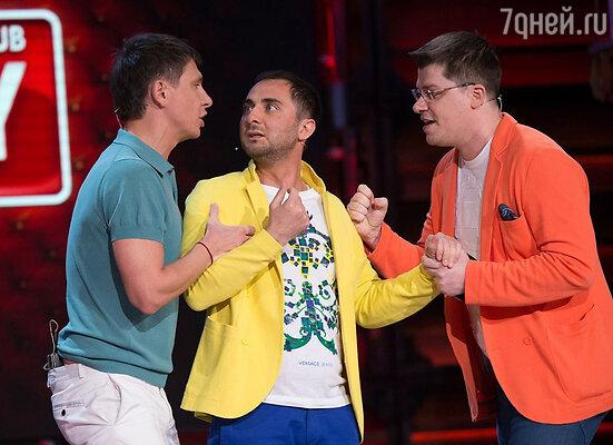 Тимур на сцене с Гариком Харламовым и Демисом Карибидисом, креативным продюсер фестиваля Comedy Club в Юрмале