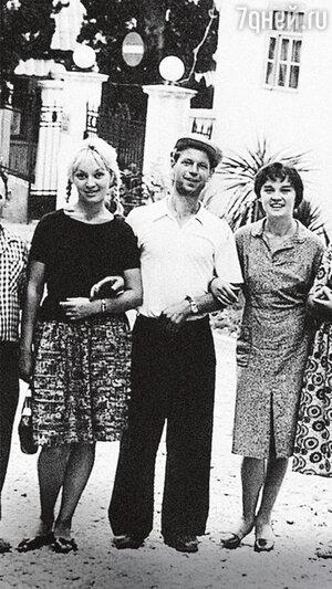 Татьяна Бестаева с подругой Людмилой Гурченко и с поклонником
