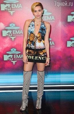 Майли Сайрус пришла в мини-платье и ботфортах от Tom Ford