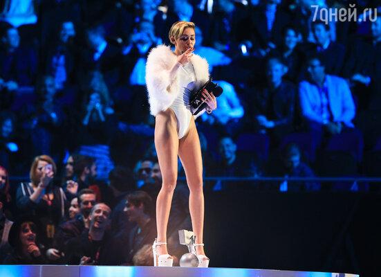 Принимая на сцене награду в номинации «Лучший клип», Майли Сайрус закурила сигарету, вызвав неодобрительный гул