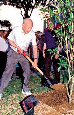 Премьер-министр Ли Куан Ю 30 лет вдохновлял сингапурцев собственным примером. Сейчас 85-летний политик напенсии, но помогает советами нынешнему главе государства, своему сыну Ли Сянь Луну