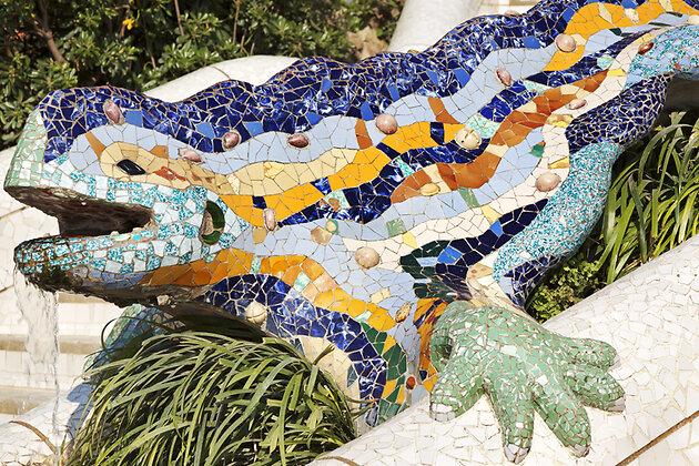 Фонтан «Ящерица» на центральном входе в парк Гуэль