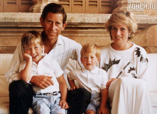 Когда Гарри появился насвет, брак принца Чарльза и Дианы ужетрещал по швам. Супруги с детьми — Гарри иУильямом