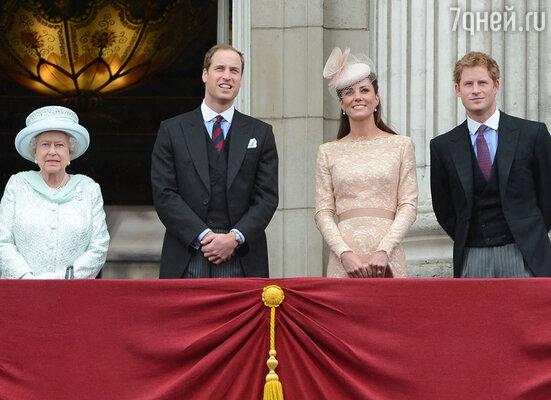 Гарри хотел бы иметь такую жену, как у брата,— красивую, здравомыслящую, подчинившую свои интересы требованиям королевской семьи. Королева Елизавета II, принц Уильям сженой Кейт Миддлтон ипринц Гарри. Букингемский дворец, Лондон, 2012 г.