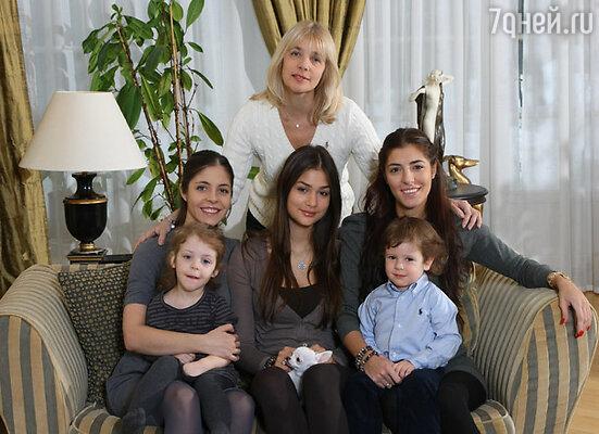 Вера Глаголева с дочерьми и внуками