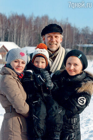 Викор Раков с женой, дочерью и сыном