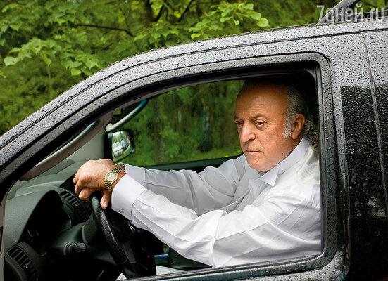 Алла то подойдет к моей машине, где сидел Болдин, то отойдет. Никак не могла решиться.  В результате уехала с Володей Кузьминым