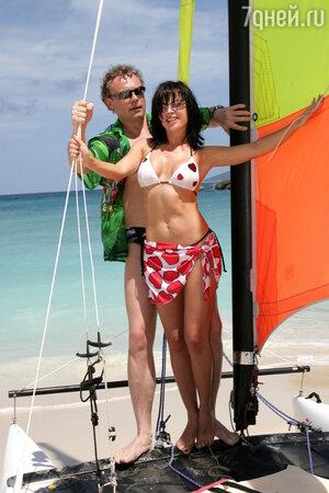 Самый дорогой отель Сейшельских островов расположен в живописном месте острова Праслен. Зеленая территория площадью 100 гектаров, три фантастических пляжа с белоснежным песком и бирюзовыми водами Индийского океана, трехуровневый бассейн, поля для гольфа... Здесь любят проводить свои каникулы многие знаменитости мира