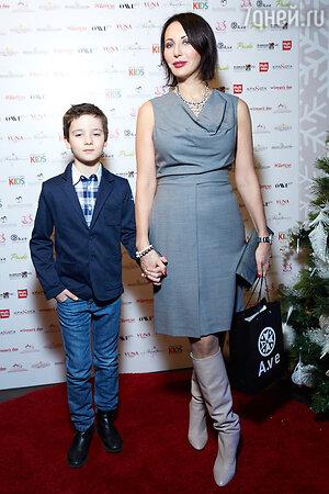 Алика Смехова с сыном Макаром