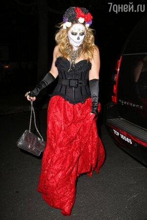 В 2012 году Хилари Дафф появилась на Хэллоуине в образе, навеянном мексиканским праздником Da de los Muertos