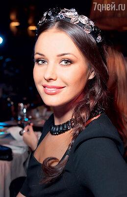 Модный ободок на голове у Оксаны Федоровой